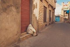 Stara kobieta daje pytać datki na ulicie Obraz Stock