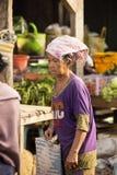 stara kobieta Hinduska przy rynkiem, wioska Toyopakeh, Nusa Penida Czerwiec 24 2015 Indonezja Zdjęcie Royalty Free