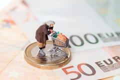 Stara kobieta i euro pieniądze zdjęcia stock
