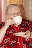 Stara kobieta i herbata zdjęcie stock