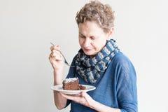 Stara kobieta je czekoladowego tort Zdjęcie Royalty Free