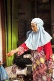 stara kobieta muzułmanin przy rynkiem, wioska Toyopakeh, Nusa Penida Czerwiec 24 2015 Indonezja Obraz Royalty Free