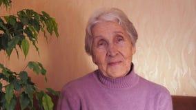 Stara kobieta myśleć szczęśliwe myśli zbiory wideo
