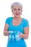 Stara kobieta odizolowywająca w bielu z turkusową koszula i teraźniejszością zdjęcie stock