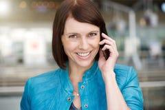 Stara kobieta ono uśmiecha się gdy opowiadający na telefonie komórkowym Zdjęcia Stock