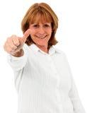 Stara kobieta Patrzeje kamerę Z aprobata gestem Zdjęcia Royalty Free