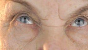 Stara kobieta patrzeje oczy w różnych kierunkach zdjęcie wideo