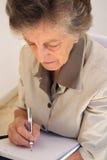 Stara kobieta pracująca ubierał w klasycznym kostiumu podczas gdy Zdjęcia Stock