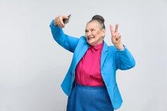Stara kobieta robi selfie i toothy ono uśmiecha się obrazy royalty free