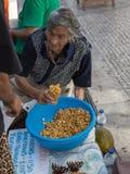 Stara Kobieta Sprzedaje Świeże Żółte Naturalne Łubinowe fasole w Coimbra& x27; s St Zdjęcie Royalty Free