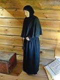 Stara kobieta stary wierzący w modlitewnym pokoju Przy austerią 1st podłoga dalej zdjęcia royalty free