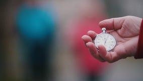 Stara kobieta trzyma kieszeniowego zegarek, początki zegar Ostrość na eldery kobiecie cieszy się wycieczkować zbiory wideo