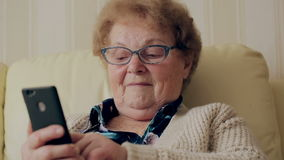 Stara kobieta używa nowego smartphone zdjęcie wideo