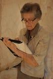 Stara kobieta ubierał w klasycznym kostiumu z agendą w jej Han Obrazy Stock