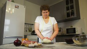 Stara kobieta ugniata ciasto na stole zbiory wideo