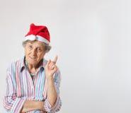 Stara kobieta w kapeluszu Santa Claus zdjęcia stock