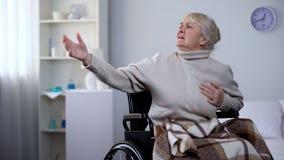 Stara kobieta w w?zek inwalidzki klatki piersiowej czuciowym b?lu, pyta pomoc, atak serca, szpital fotografia royalty free