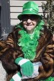 Stara kobieta w zieleni, St Patrick dnia parada, 2014, Południowy Boston, Massachusetts, usa Zdjęcia Stock