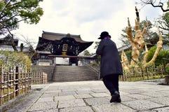 Stara kobieta waling w świątyni w Kyoto Japonia obraz stock