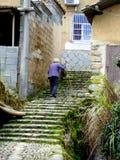 Stara kobieta wspina się schodki obrazy stock