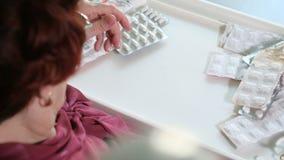 Stara kobieta z gorączkowym sprawdza rtęć termometrem zbiory wideo