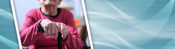Stara kobieta z jej rękami na trzcinie sztandar panoramiczny obrazy stock