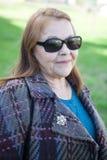 Stara kobieta z okularami przeciwsłonecznymi Obrazy Stock