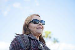 Stara kobieta z okularami przeciwsłonecznymi Fotografia Stock