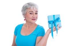Stara kobieta z prezentem dla matka dnia odizolowywającego na bielu fotografia royalty free
