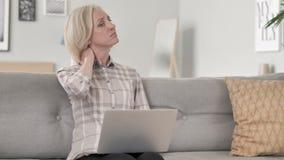 Stara Kobieta z szyja urazem Pracuje na laptopie zdjęcie wideo