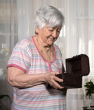 Stara kobieta z teraźniejszości pudełkiem Obraz Royalty Free