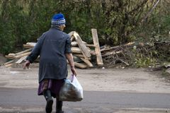 Stara kobieta z torbą w ręce, czyści out śmieci fotografia royalty free