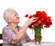 Stara kobieta z wiązką maczki fotografia stock