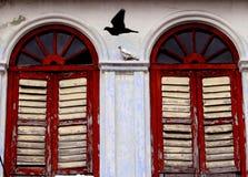 Stara kolonialna Nadokienna drewniana architektura obrazy stock