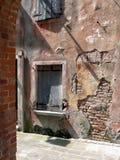 Stara kolorowa obieranie ściana z okno Zdjęcia Royalty Free