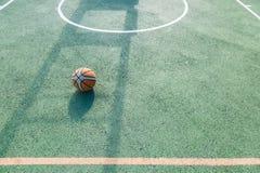 Stara koszykówka opuszczać na sądzie Obrazy Royalty Free