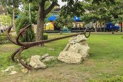 Stara kotwica na zielonej trawie zdjęcie stock