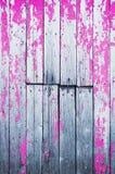 Stara krakingowa drewniana osłona malująca z menchiami maluje abstrakcyjny tło fotografia royalty free