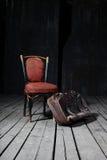 stara krzesło walizka fotografia stock