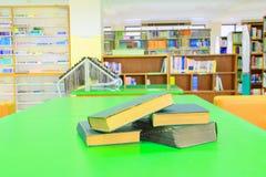 Stara książka i rozsypisko traktat w szkolnej bibliotece na stole zieleniejemy obraz royalty free