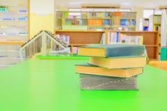 Stara książka i rozsypisko traktat w szkolnej bibliotece na stole zieleniejemy zdjęcia royalty free