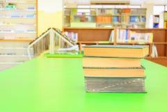 Stara książka i rozsypisko traktat w szkolnej bibliotece na stole zieleniejemy fotografia stock