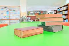 Stara książka i rozsypisko traktat w szkolnej bibliotece na stole zieleniejemy zdjęcie royalty free