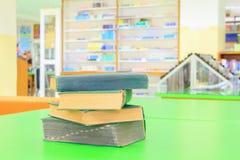 Stara książka i rozsypisko traktat w szkolnej bibliotece na stole zieleniejemy zdjęcia stock