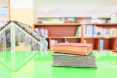 Stara książka i rozsypisko traktat w szkolnej bibliotece na stole zieleniejemy obrazy royalty free