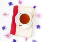 Stara książka z herbatą lub kawą z kwiatami na białym tle obraz stock