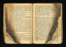 Stara książka z opalennye ogienia liśćmi zdjęcia stock
