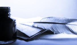 Stara książka z piórkiem Zdjęcia Royalty Free