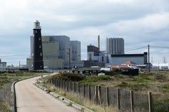 Stara latarnia morska i nowożytna elektrownia jądrowa przy Dungeness UK obraz royalty free