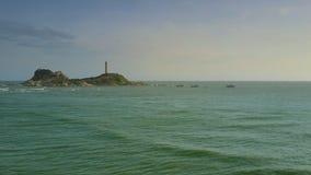Stara latarnia morska na Skalistej wyspie wśród Lazurowego oceanu zdjęcie wideo